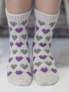 Knitting Patterns Mittens Socks with hearts Novita Nalle Knitted Heart, Knitted Bags, Knit Mittens, Knitting Socks, Knit Socks, Woolen Socks, Fluffy Socks, Big Knit Blanket, String Bag