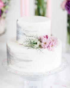 #mundushannover #fineartbakery #handmade #cakes #candybar #cakebar #flowers #paintedcake #hanover #delicious #wedding #weddinginspiration #weddingcake #summer #love  photo: @anja_schneemann_photography  flowers: @milles_fleurs_  decoration: @pompomyourlife  wedding blog: @friedatheres  sweets: @mundus_hannover