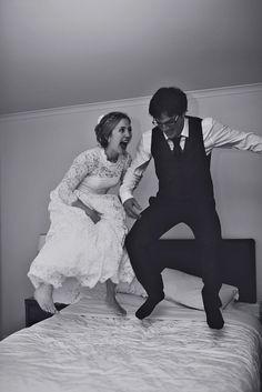 Творим всякий треш и угар. Прыгаем на кровати, залазим в ванную, висим на люстре. Кадр больше о настроении. /// Nisha Ravji Fine art Wedding and Portrait Photography