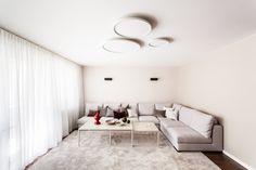 Aranżacja nowoczesnego białego mieszkania z motywami drewna