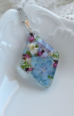 Handmade pendant with a real hydrangea and heather in the resin. Diy Resin Art, Diy Resin Crafts, Cute Jewelry, Jewelry Crafts, Resin Jewelry Making, Resin Jewellery, Resin Necklace, Idee Diy, Homemade Jewelry
