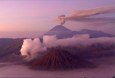 © MORANDI BRUNO/SIME/PHOTONONSTOP/AFP www.habitat-pictures.fr Panorama magique au lever du soleil depuis Penanjakan sur les volcans Batok, Bromo et sa fumée, et Semeru en fond, sur l'île de Java en Indonésie, Mai 2010.