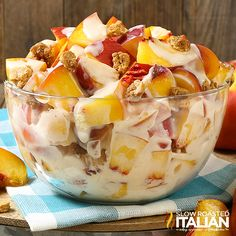 Peach Cobbler Cheesecake Salad comes together so simply with fresh peaches, a rich and creamy cheesecake filling and glorious bits of crisp sweet 'cobbler' to create the most spectacular fruit salad ever! Every bite is Peach Cheesecake, Best Cheesecake, Strawberry Banana Cheesecake Salad, Cheesecake Recipes, Dessert Salads, Fruit Salad Recipes, Jello Salads, Dessert Simple, Köstliche Desserts