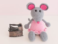The vain little mouse, Amigurumi Mouse - FREE Crochet Pattern / Tutorial ༺✿Teresa Restegui http://www.pinterest.com/teretegui/✿༻