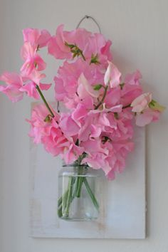 DIY floating vase: paper or fresh flowers in bedroom accent color