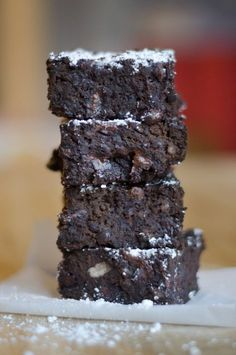 I changed the semi sweet chocolate chips for chopped up unsweetened baking bars and added more sugar. These Fudgy Black Bean Brownies are a decadent gluten-free dessert (and no one will ever guess that they're packed with fiber-filled black beans! Dessert Sans Gluten, Gluten Free Desserts, Healthy Desserts, Just Desserts, Dessert Recipes, Easter Recipes, Brownies Caramel, Fudge Brownies, Espresso Brownies