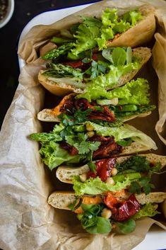 Selbstgemachte Pitt Brote mit Spargel und gerösteten Spitzpaprika Hummus