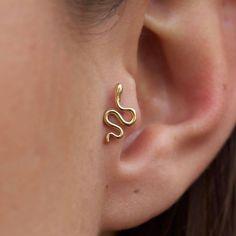 Oreja de chica con más de un piercing. 16 Estilos de piercings para las orejas.