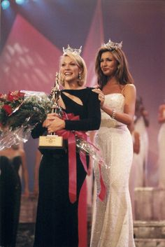 Outgoing queen Lissette Gonzalez crowning Miss Florida Kelli Meierhenry at the Miss Florida Pageant in 1999 Miss Florida, Pageants, Beauty Queens, How To Be Outgoing, Crown, Fashion, Moda, Corona, La Mode