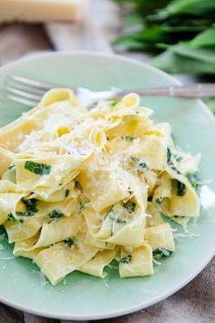 Pasta mit Bärlauch-Sahne-Sauce  Rezept für 2-3 Portionen  1 Schalotte  etwas Olivenöl  250 g Sahne  1 großer EL kalte Butter  100 g Bärlauch  Salz und Pfeffer  frisch geriebener Parmesan  Bandnudeln (Menge nach Appetit)