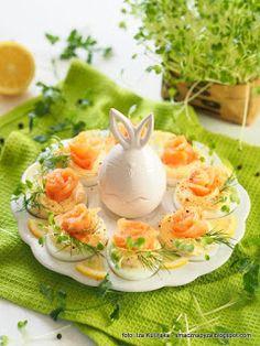 jajka_z_kremem_chrzanowym_i_lososiem Easy Easter Recipes, Easter Dinner Recipes, Easter Brunch, Appetizer Recipes, Salad Recipes, Dessert Recipes, Food Design, Food Porn, Food And Drink