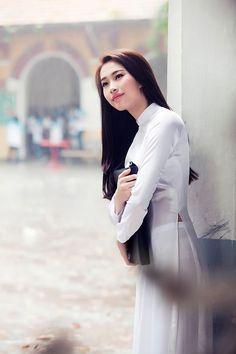 TPO - Hoa hậu Việt Nam 2012 khoe nhan sắc dịu dàng, tinh khiết đúng kiểu con gái miền Tây trong tà áo dài trắng nữ sinh, gợi nhớ những kỷ niệm của một thời cắp sách đến trường.