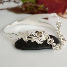 Hopeisesta 1966-vuoden jälkiruokahaarukasta designattu rannekoru. Haarukan piikit taivutettu sydämeksi ja ketjuna käsinpunottu Oili-muunnelma. #haarukkakoru, #designkoru, #kasityokoru Fork Jewelry, Silverware Jewelry, Hair Jewelry, Jewelry Bracelets, Silver Jewelry, Silver Spoons, Pewter, Jewelery, Pearl Earrings