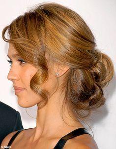 Jessica Alba arbore ici un chignon très romantique. Au fer à friser, une mèche souligne avec grâce le visage, tandis que le reste de la chevelure est ramen�...