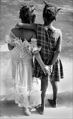""""""" ❝ … O amigo é a resposta aos teus desejos. Mas não o procure para matar o tempo! Procura-o sempre para as horas vivas. Porque ele deve preencher a tua necessidade, mas não o teu vazio…❞ • Khalil..."""