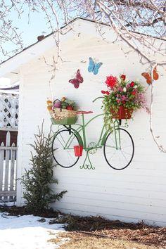 Eski ahşap pencerelerden bahçe | garden http://tu