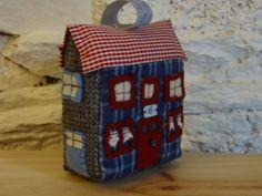 Jouet ou décoration, petite maison en patchwork à poser ou à suspendre. : Accessoires de maison par la-fabrique-de-cadot