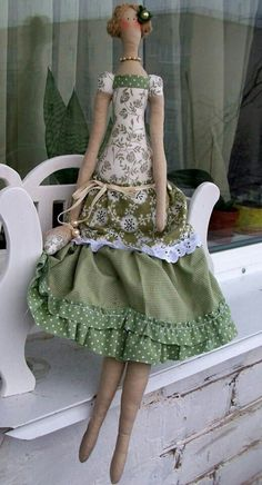 Love the colors and dress design. Doll Clothes Patterns, Sewing Clothes, Doll Patterns, Sewing Dolls, Waldorf Dolls, Fairy Dolls, Soft Dolls, Doll Crafts, Flower Girl Dresses