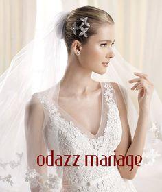 jolie mariée classique avec fleur en cristal dans sa coiffure de mariage