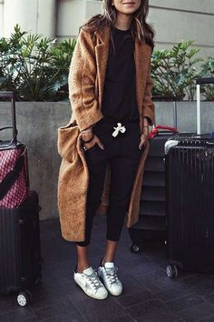 Travel Outfits Airport style: How To Look Fashionable During Travel Julie Sarinana + pair of cropped black tracksuit pants + matching black tee + white sneakers + long brown maxi coat + comfort factor + travel look Coat: Ganni. Mode Outfits, Casual Outfits, Fashion Outfits, Fashionable Outfits, Jean Outfits, Fall Winter Outfits, Autumn Winter Fashion, Fall Fashion, Gq Fashion