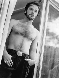 Un amour de sorcière filminde küçüktüm. O zamandan beri nedense çok seviyorum. Gil Bellows gençliğinden