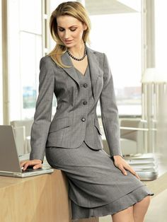 Fascinating lapel detail combines a jacket and vest look. So unusual, I can't help but like it! Business Outfits, Business Attire, Business Fashion, Business Casual, Suits For Women, Clothes For Women, Nice Dresses, Amazing Dresses, Classic Style Women