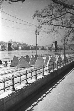 Budapest Hungary, Old Photos, Sidewalk, History, Ww2, Retro Vintage, Old Pictures, Historia, Vintage Photos