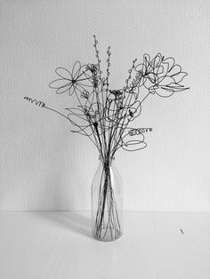 The actual line of the wire in this sculpture creates a drawing of the flowers in the vase. The actual line of the wire in this sculpture creates a Mural Floral, Floral Wall, Sculptures Sur Fil, Wire Art Sculpture, Wire Sculptures, Abstract Sculpture, Bronze Sculpture, Very Beautiful Flowers, Beautiful Pictures