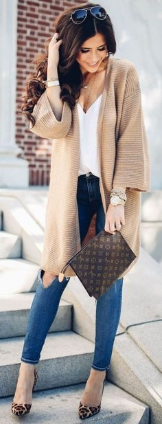 Camel cardigan, white top, skinny jeans, leopard shoes, chocolate clutch