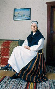 Purmo Purmo, Österbotten Kvinnodräkt  Folkdräkter - Dräktbyrå - Brage Folk Costume, Costumes, Norwegian People, Folk Clothing, Traditional Dresses, Alter, Classy, Ancestry, How To Wear