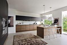 Una de las mejores alternativas al definir el color de la cocina, es la combinación de dos tonos en los muebles para evitar un ambie...