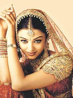 Aishwarya Rai Bollywood beauty Miss India Mangalore, Most Beautiful Women, Beautiful People, Absolutely Gorgeous, Stunningly Beautiful, Beautiful Bride, Beauty And Fashion, Beauty Ad, Pure Beauty