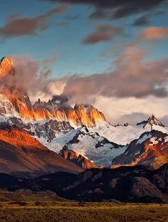 Cerro Fitz Roy o Chaltén En el límite entre la Argentina y Chile, en la Patagonia, cerca de la villa de El Chaltén. Por la cima del Chaltén pasa el límite entre Argentina y Chile, pero nada (salvo una línea) del cerro, le pertenece a Chile