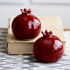 Pomegranates Salt & Pepper Shakers - Handmade Porcelain Sculptures - Kitchen Table Home Decor - Bright Red, Rustic Red - MADE TO ORDER Pretty little pomegranates for your salt & pepper. Ceramic Clay, Porcelain Ceramics, Ceramic Pottery, Porcelain Skin, Cold Porcelain, Porcelain Tile, Decoration Table, Table Centerpieces, Cerámica Ideas