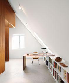 Unterm Dach liegt die Arbeits- und Schlafebene Loft Design, Home Office Design, House Design, Design Design, Loft Conversion Bedroom, Bungalow Bedroom, Attic Office, Attic Bedrooms, Loft Room
