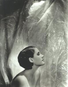 Portrait of Norma Shearer by Cecil Beaton, Vanity Fair, September 1930 Norma Shearer, Golden Age Of Hollywood, Vintage Hollywood, Hollywood Glamour, Classic Hollywood, Hollywood Style, Hollywood Icons, Pure Hollywood, Hollywood Celebrities