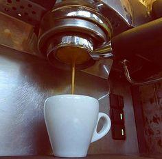 AROMA DI CAFFÈ   Un magnífico #Espresso a filtro desnudo. 18 gramos de café - 30 gramos de sabor y pasión. .  . #Dolces#Café#Espresso#Cappuccino#MomentosAroma#SaboresAroma#Postres#Coffee#Barismo#MeetTheBarista#Caracas#Barista#ILoveCoffee#CoffeeAddicts#Coffee#AromaDiCaffè#Instagramers#Americano#CulturaDelCafé#FrenchPress#PrensaFrancesa#Latte#CoffeePic#BaristaLife#MetrocenterCc#CaféYVida