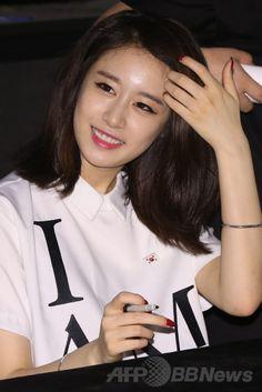 韓国・ソウルのロッテシネマ龍山店 Lotte Cinema Yongsan 롯데시네마 용산 で開催されたファンサイン会に臨む、ガールズグループ「T-ARA(ティアラ)」のジヨン(Ji-Yeon、2014年6月6日撮影)。(c)STARNEWS ▼13Jun2014AFP|T-ARAジヨン、ソロデビュー記念しサイン会開催 http://www.afpbb.com/articles/-/3017627 #박지연 #朴智姸 #Park_Ji_Yeon #티아라_지연 #T_ARA_Ji_Yeon #T_ARA_芝妍