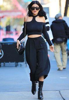 Look de Kylie Jenner todo preto com calça culotte + top cropped.