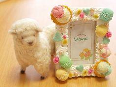 「スイーツデコ *パステルカラーのフォトフレーム*」フォトフレームは、可愛くパステルカラーで。羊は羊毛フェルトキットを使いました[材料]スイーツデコ/100均写真立て