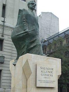Estatua de Salvador Allende Gossens frente al Palacio de la Moneda (Chile)