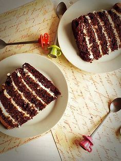 Chocolate cake with mascarpone cream and caramel Vegan Desserts, Fun Desserts, Delicious Desserts, Yummy Food, Romanian Desserts, Romanian Food, Romanian Recipes, Sweets Recipes, Cake Recipes