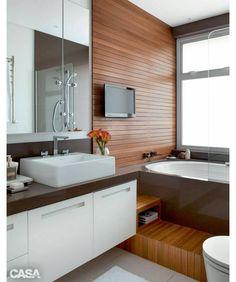 """""""Lindo banheiro com banheira integrada! Madeira e granito marrom absoluto se unem para um mood natural e aconchegante! Fonte: Casa e Construção #instadecor…"""""""