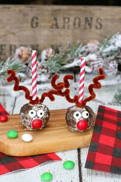 Cute reindeer donut holes. Super easy to make and perfect for class treats, Christmas parties, or place settings at your Chirstmas table!