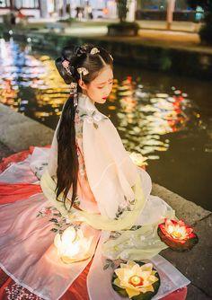 Pictures of hanfu (han chinese clothing) I like. Hanfu, Cheongsam, Traditional Fashion, Traditional Dresses, Traditional Chinese, Asian Style, Chinese Style, China Girl, Chinese Clothing