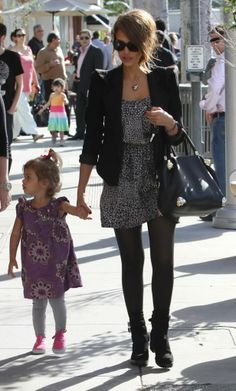 Jessica Alba - I think my favorite outfits consistently include boots, tights, and something flowy on top. Spring Summer Fashion, Autumn Winter Fashion, Look Fashion, Fashion Beauty, Mundo Hippie, Jessica Alba Style, Vogue, Mom Style, Celebrity Style