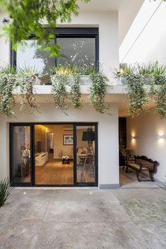 Casa estreita ganha luz natural e decoração moderna (Foto: Julia Ribeiro) #terrazaplantas