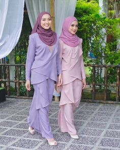 Image may contain: 2 people Abaya Fashion, Muslim Fashion, Fashion Dresses, Kebaya Dress, Hijab Dress, Casual Hijab Outfit, Hijab Chic, Outfit Look, Modest Wear