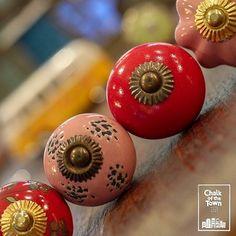 Σετ από 4 Vintage Κεραμικά Πόμολα - Κόκκινα & Ροζ, με distress λεπτομέρειες και μπρούτζινο φινίρισμα - από τη Συλλογή Chalk Of The Town - Vintage Πόμολα  Σετ από 4 πόμολα Κόκκινα & Ροζ Vintage σχέδια Από πορσελάνη κορυφαίας ποιότητας Εύκολο στην τοποθέτηση Χειροποίητο φινίρισμα Διάμετρος: 38mm - 42mm Κατάλληλο για ντουλάπια & συρτάρια, κουζίνας, υπνοδωματίου και μπάνιου.   Βρείτε τα στο e-shop μας! Ceramic Knobs, Vintage Ceramic, Red And Pink, Ceramics, Home Decor, Ceramica, Pottery, Decoration Home, Room Decor