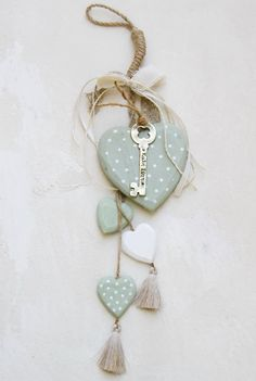 gr605485 {21,00 €} χειροποίητο γούρι από ξύλινες καρδιές και μπρονζέ κλειδί με ευχή, ιδιαίτερες βαμβακερές κορδέλες και κορδόνια (περ. 42cm)